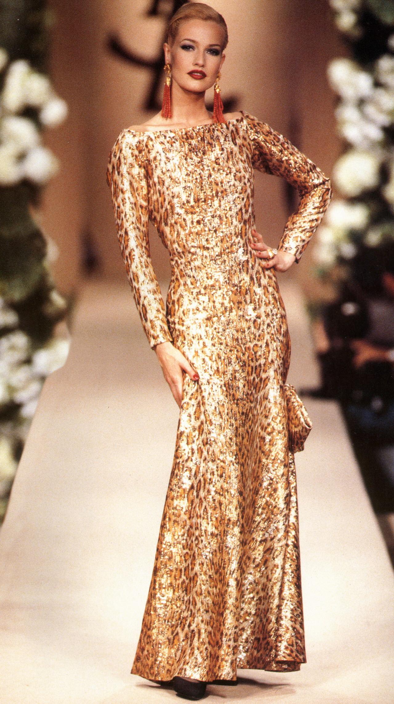 Модель вечернего золотого платья