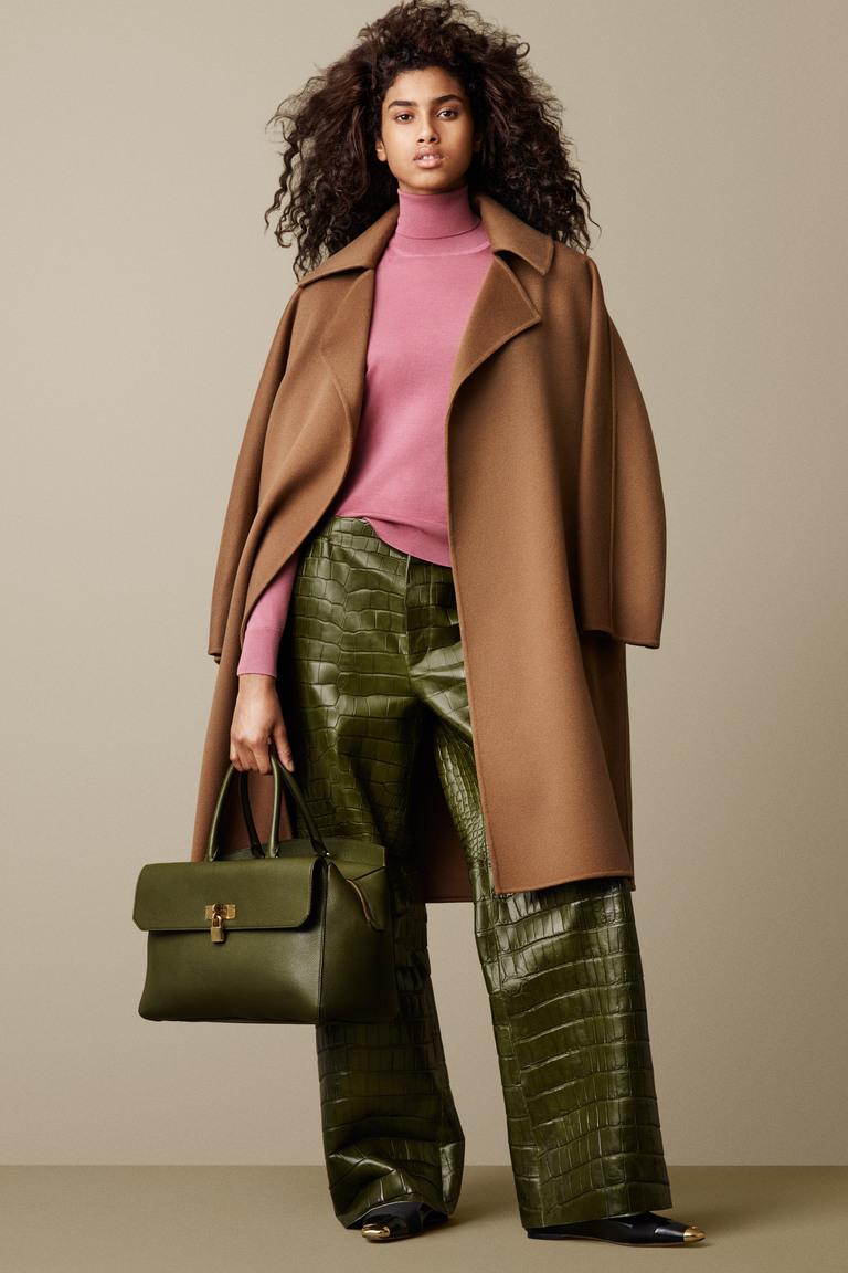 Модные кожаные брюки зеленого цвета с бежевым пальто 2016 – фото новинки от Bally