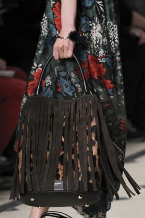 Большая модная сумка осень зима 2015 2016 с бахромой и леопардовым принтом – фото Burberry Prorsum