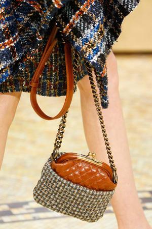 Маленькая модная сумка с цепочкой через плечо осень-зима 2015-2016 фото Chanel