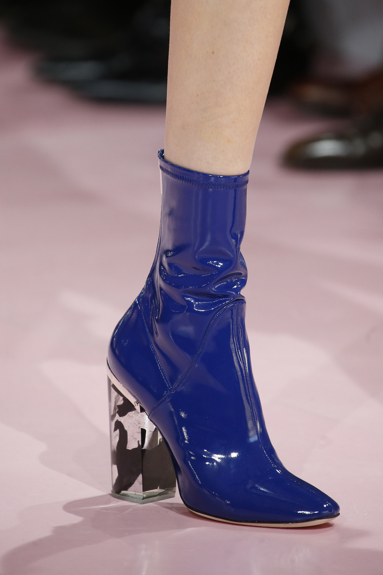 Лакированная синяя модная обувь зимы 2016 - фото новинки от Christian Dior