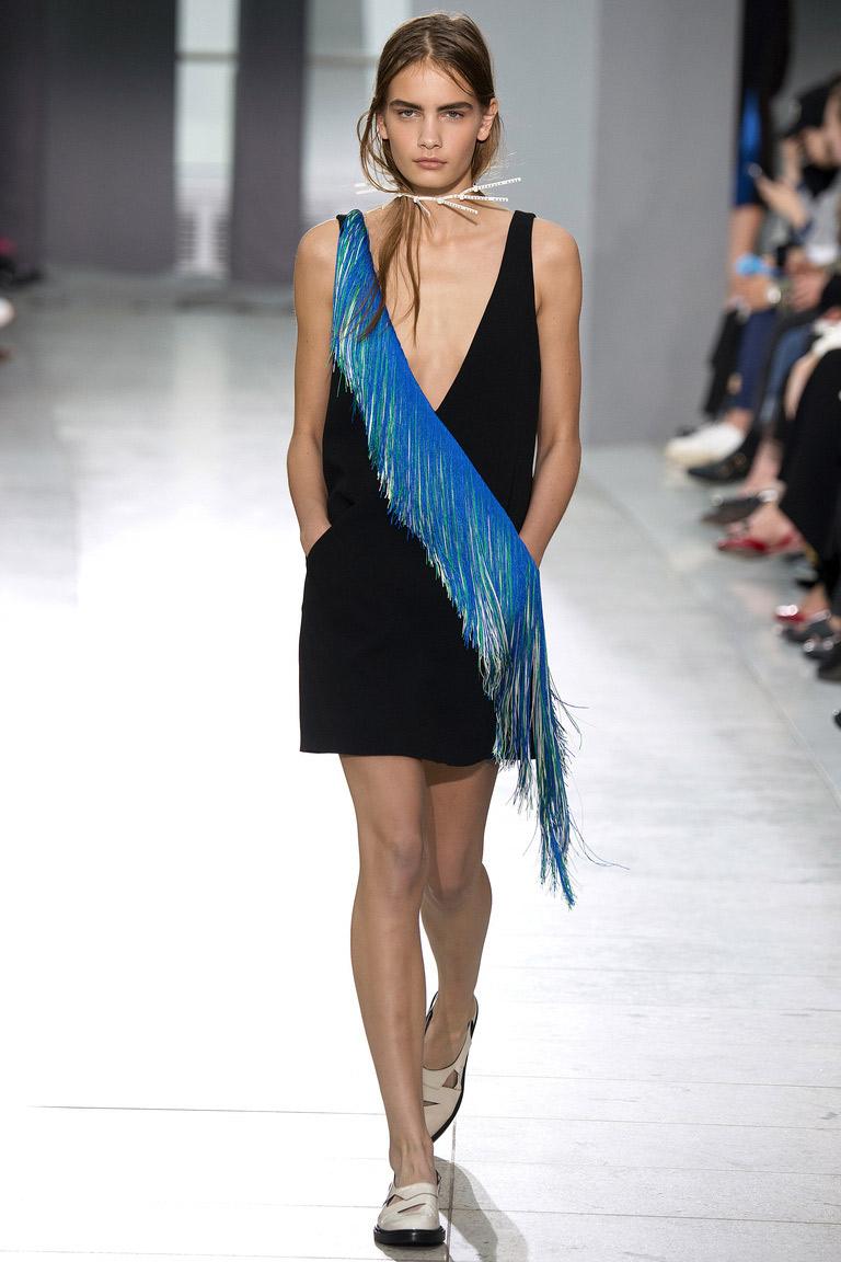 Платье с модной синей бахромой – самая модная тенденция 2016 года – фото коллекции Christopher Kane