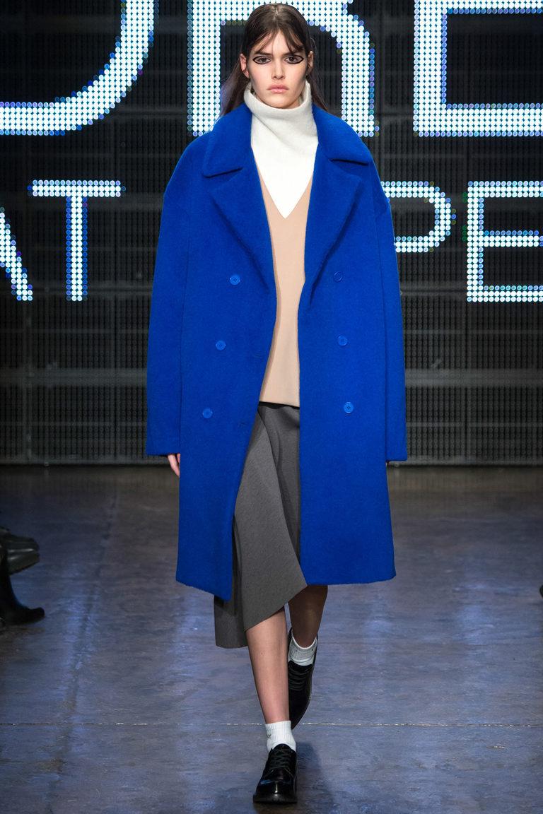 Синее модное пальто 2016 - фото новинки от DKNY