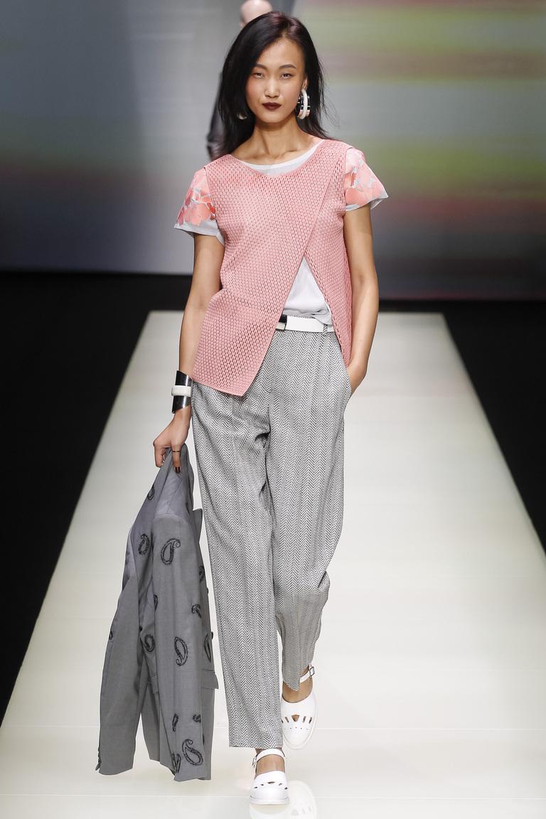 Модные женские брюки в мужском грубом стиле – вот так дизайнеры Emporio Armani советуют одеваться в 2016 году.
