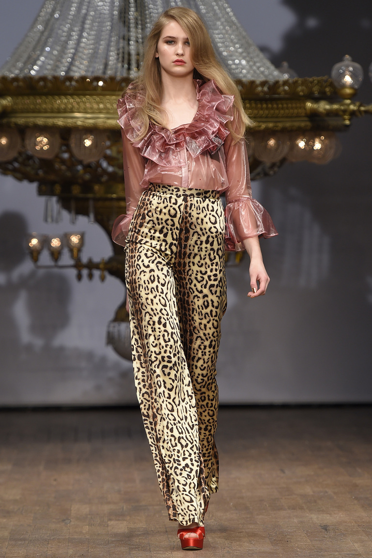 Модные брюки с леопардовым принтом и розовой модной блузкой – мода 2016 фото Ida Sjöstedt