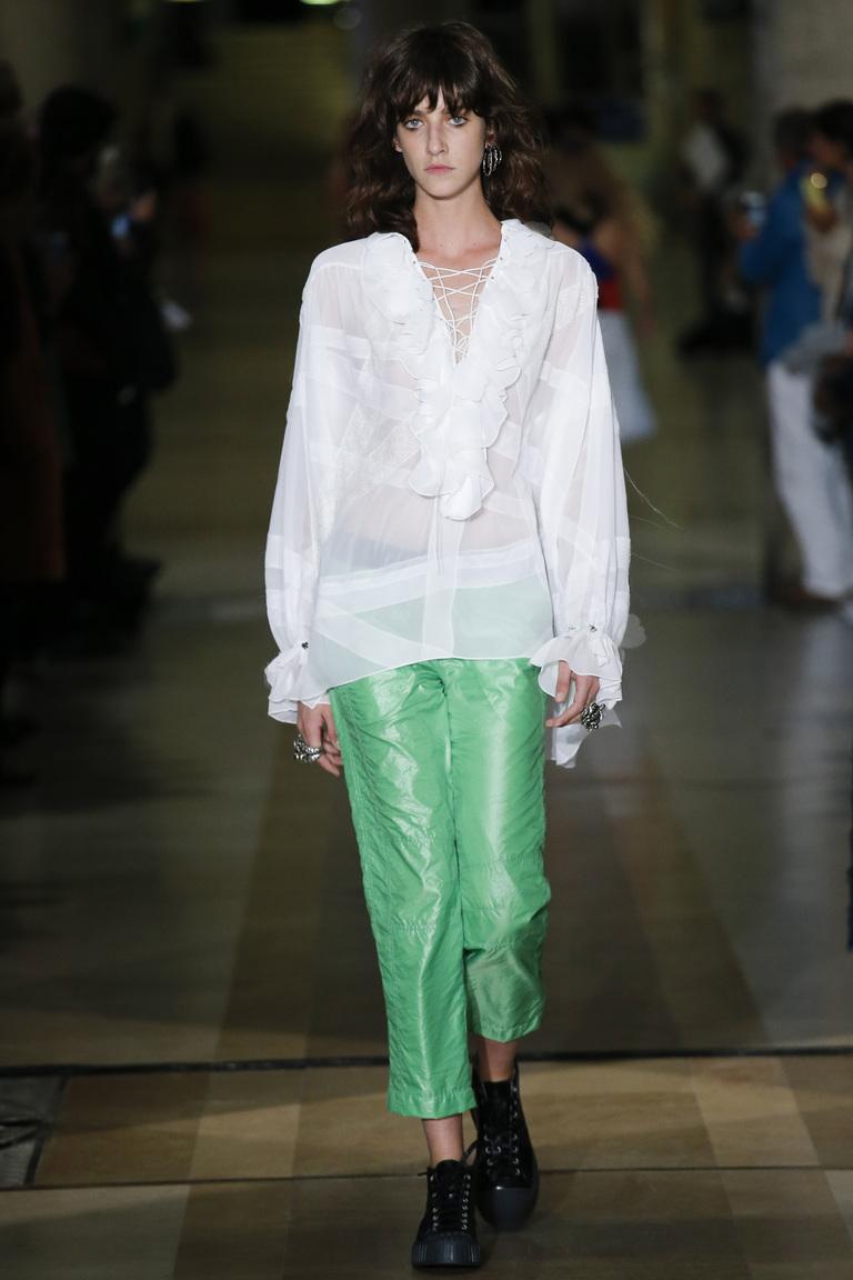 Широкие зеленые спортивные женские брюки 2016 с необычным сочетанием с рубашкой – фото коллекции Koché весна-лето 2016