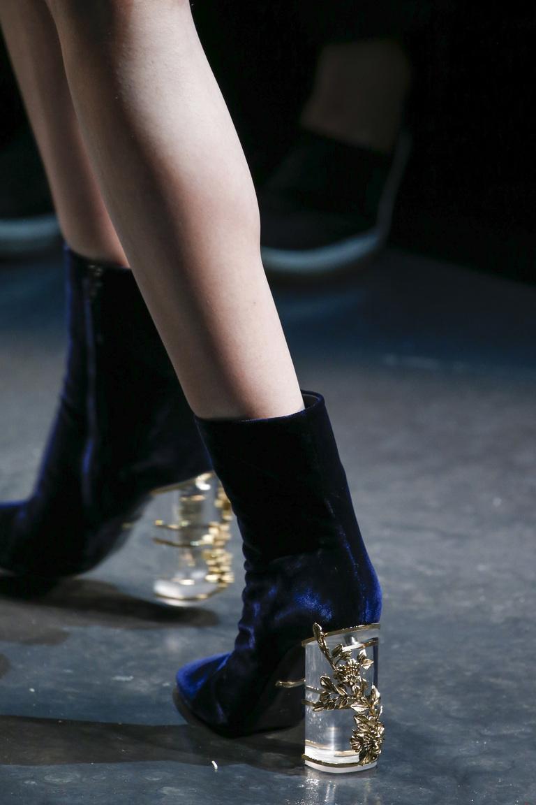 Замшевая модная обувь зима 2016 с прозрачным каблуком – фото новинки от Roberto Cavalli