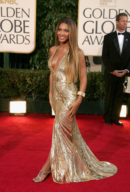 Знаменитости в золотом платье на красной дорожке