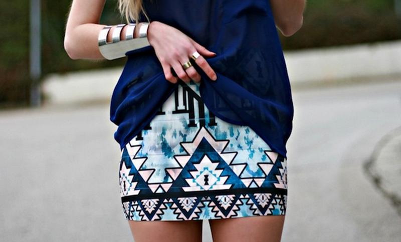 Геометрический узор на платье бело-синего цвета – фото новых коллекций