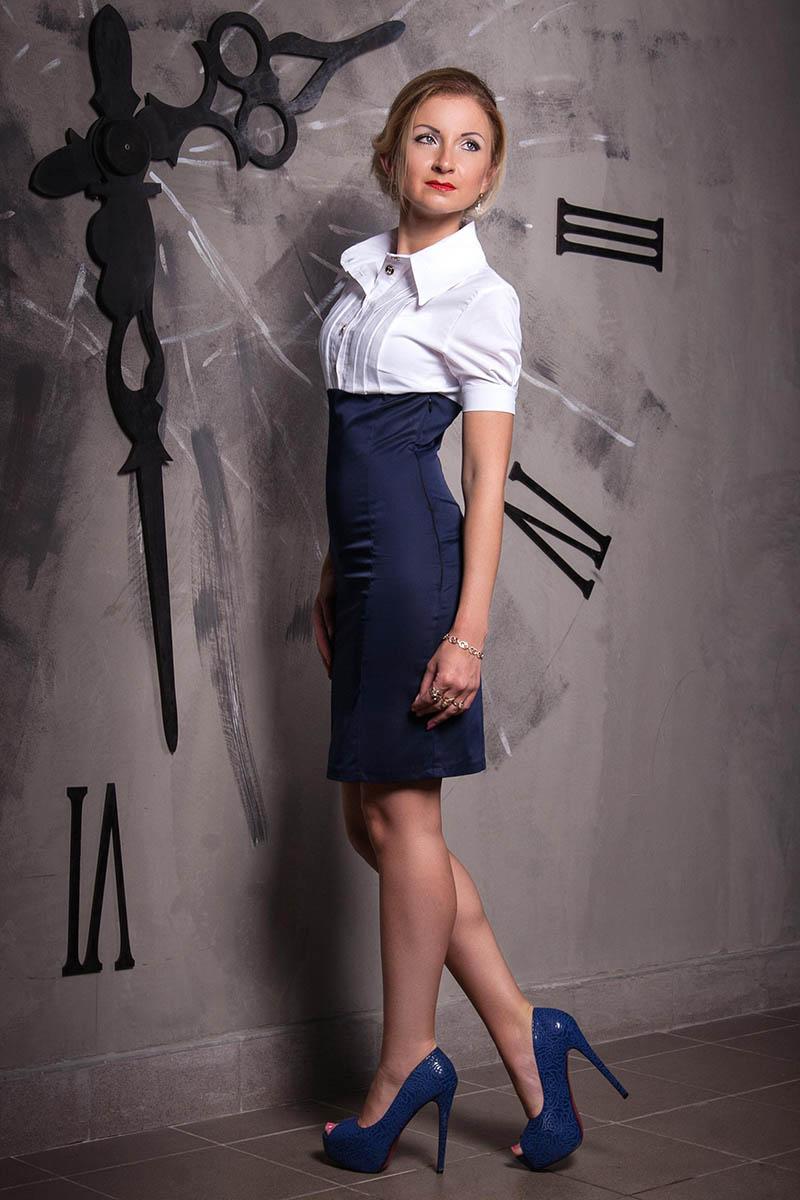 Бело-синее платье в офисном стиле – фото новинки сезона