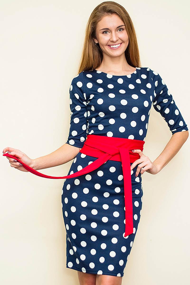 Синее платье в белый горошек с красным поясом