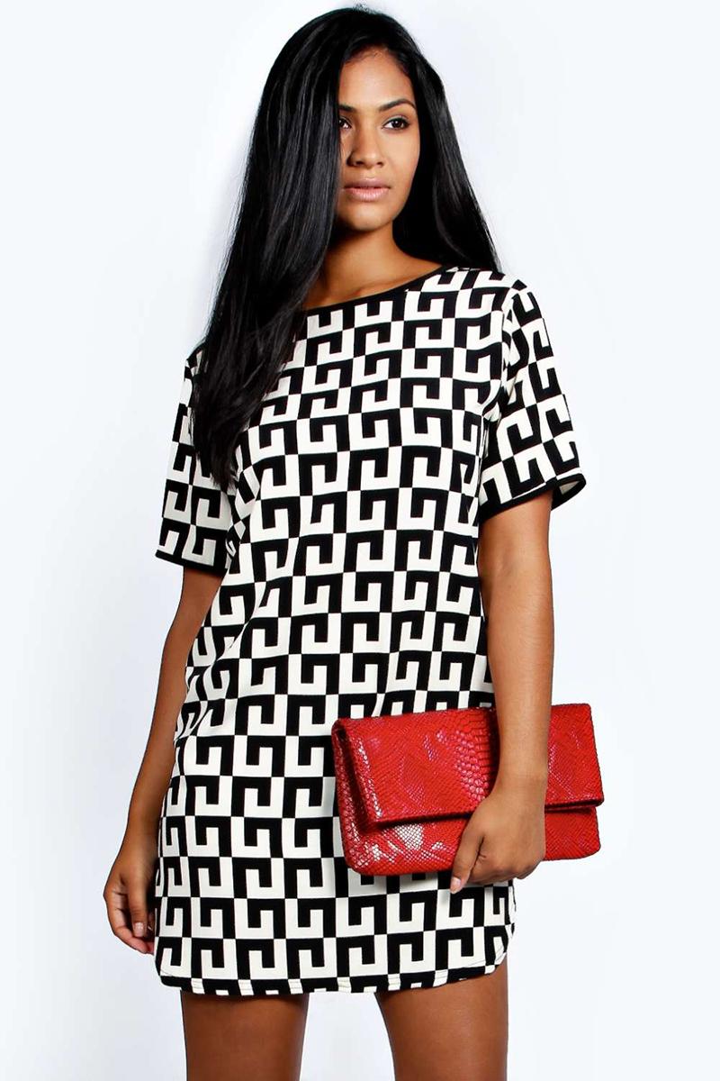 Фото модного черно-белого платья с геометрическим узором