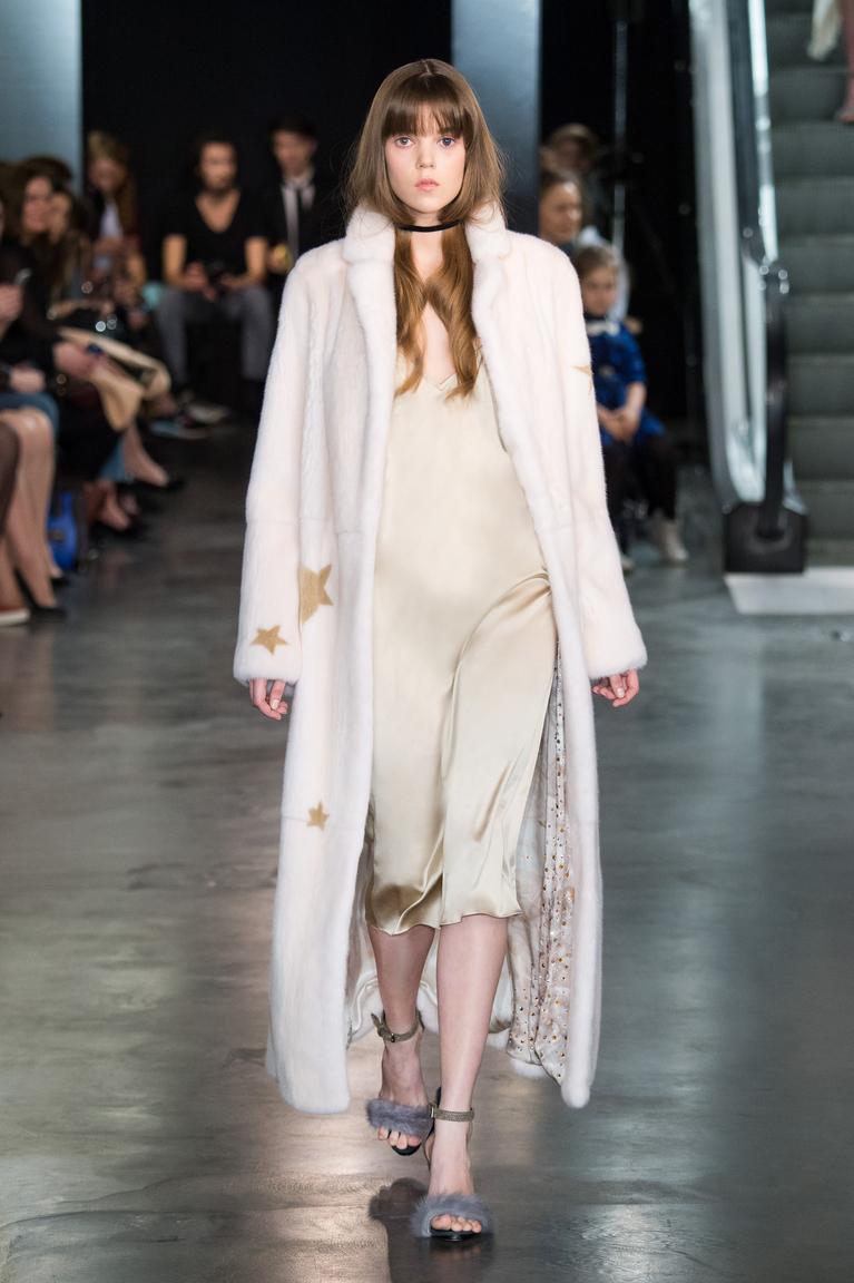 Длинная модная белая шуба осень 2015 - зима 2016 - фото новинка в коллекции A LA RUSSE Anastasia Romantsova
