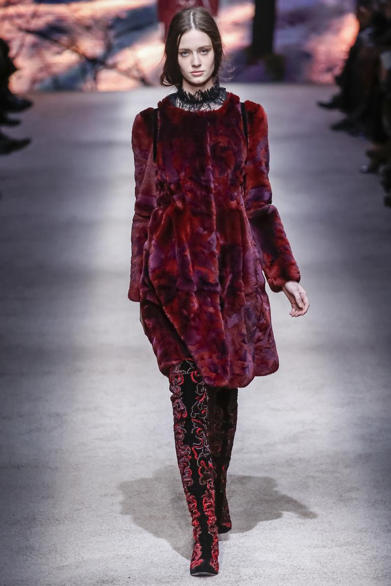 Красная модная шуба осень 2015 - зима 2016 фото Alberta Ferretti