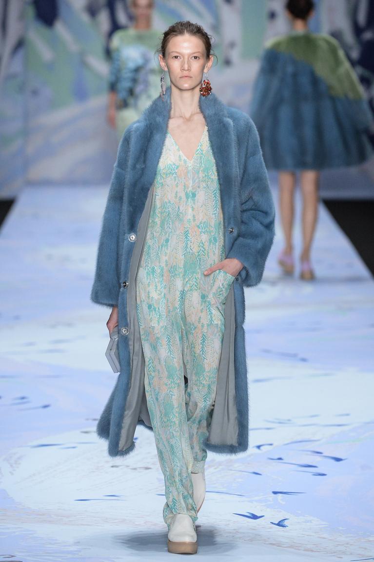 Голубая длинная модная шуба осени и зимы 2015-2016 фото Alena Akhmadullina