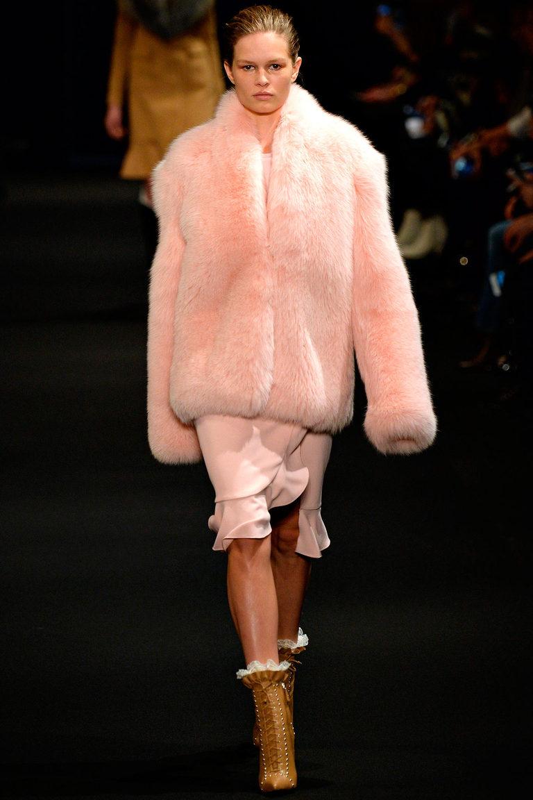 Нежно-розовая модная короткая шуба осень 2015 - зима 2016 фото Altuzarra