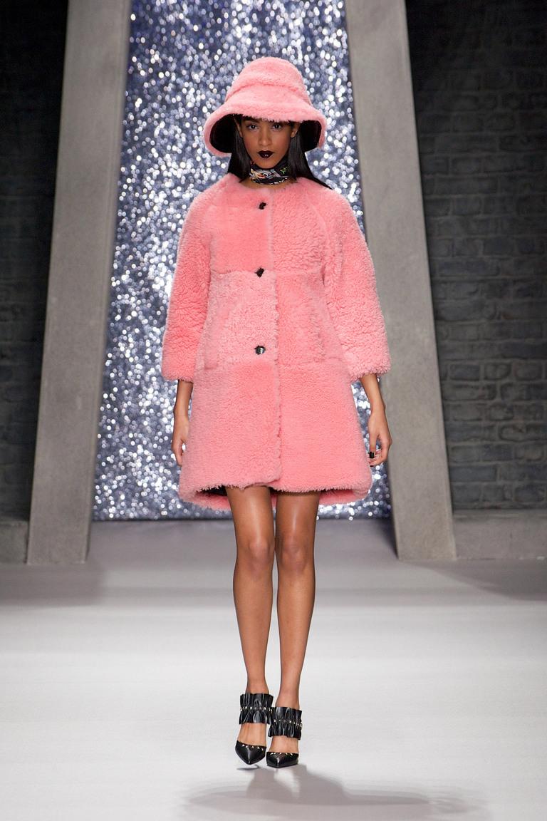 Меховая розовая модная шапка зима 2015-2016 - фото новинки модных шапок в коллекции Ashley Williams