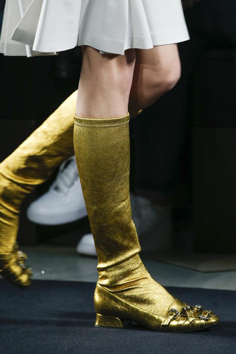 Золотые облегающие модные сапоги зимой 2015-2016 - фото новинка от Bottega Veneta