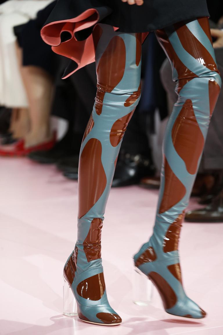 Высокие модные облегающие сапоги зимой 2016 - фото новинка от Christian Dior