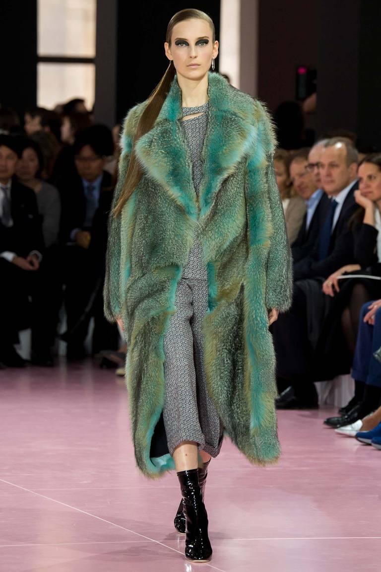 Модная зеленая длинная шуба осени и зимы 2015-2016 - фото новинка в коллекции Christian Dior