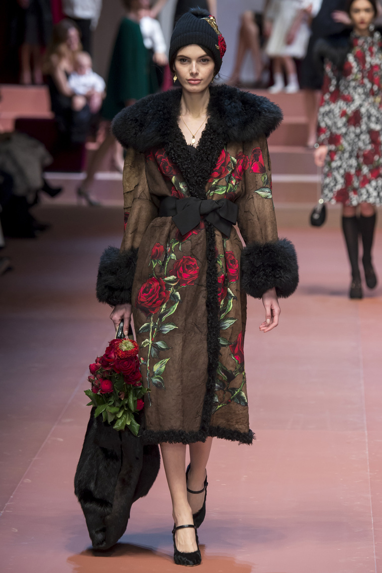 Красивая модная шапка зима 2016 – фото новинка в коллекции Dolce & Gabbana