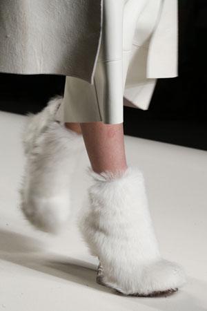 Белые модные меховые ботильоны осень-зима 2015-2016 фото Fendi