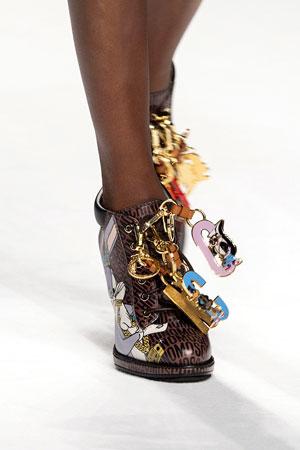 Лакированные модные туфли с веселыми брелками – фото осень-зима 2015-2016 Moschino