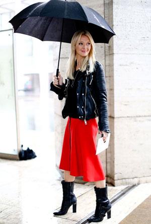 Красная юбка с черной курткой фото