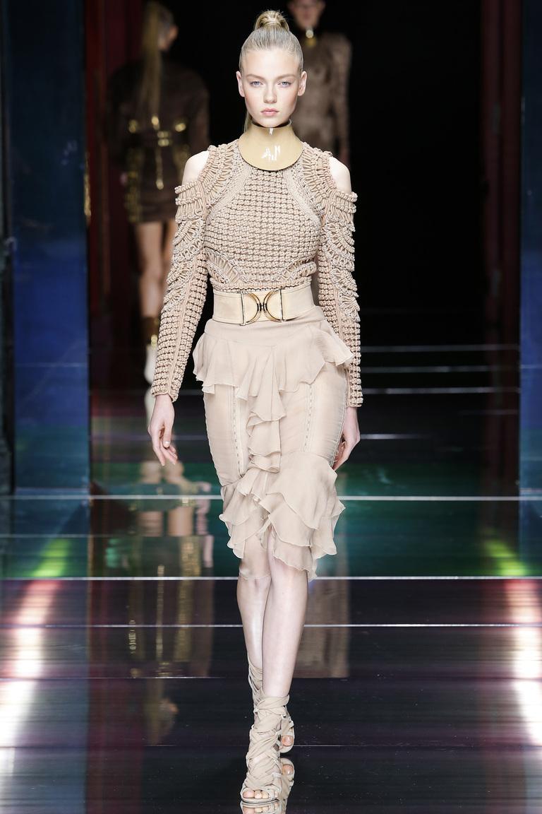 Модная кофта заправлена в юбку – фото коллекции Balmain на неделе моды в Париже весна-лето 2016