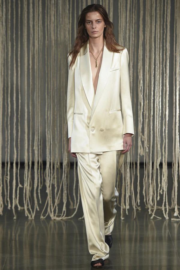 Бежевый блестящий брючный костюм с длинным пиджаком в мужском стиле – фото Barbara Casasola