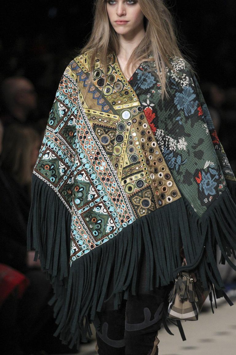 Идея, как красиво носить платок от Burberry Prorsum