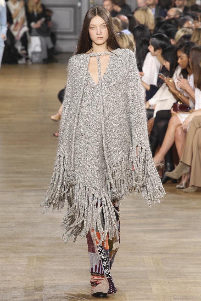 Модное серое пончо 2016 с бахромой – коллекция Chloé