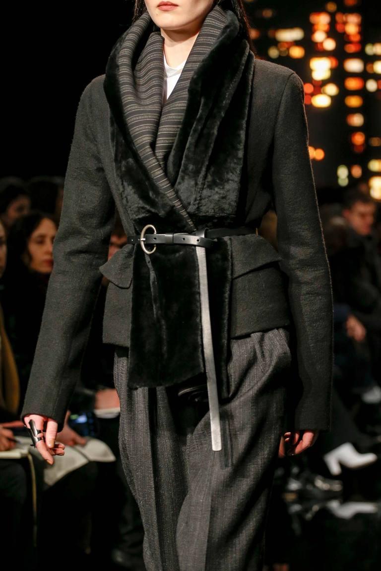 Как красиво носить шарф – идея от Donna Karan