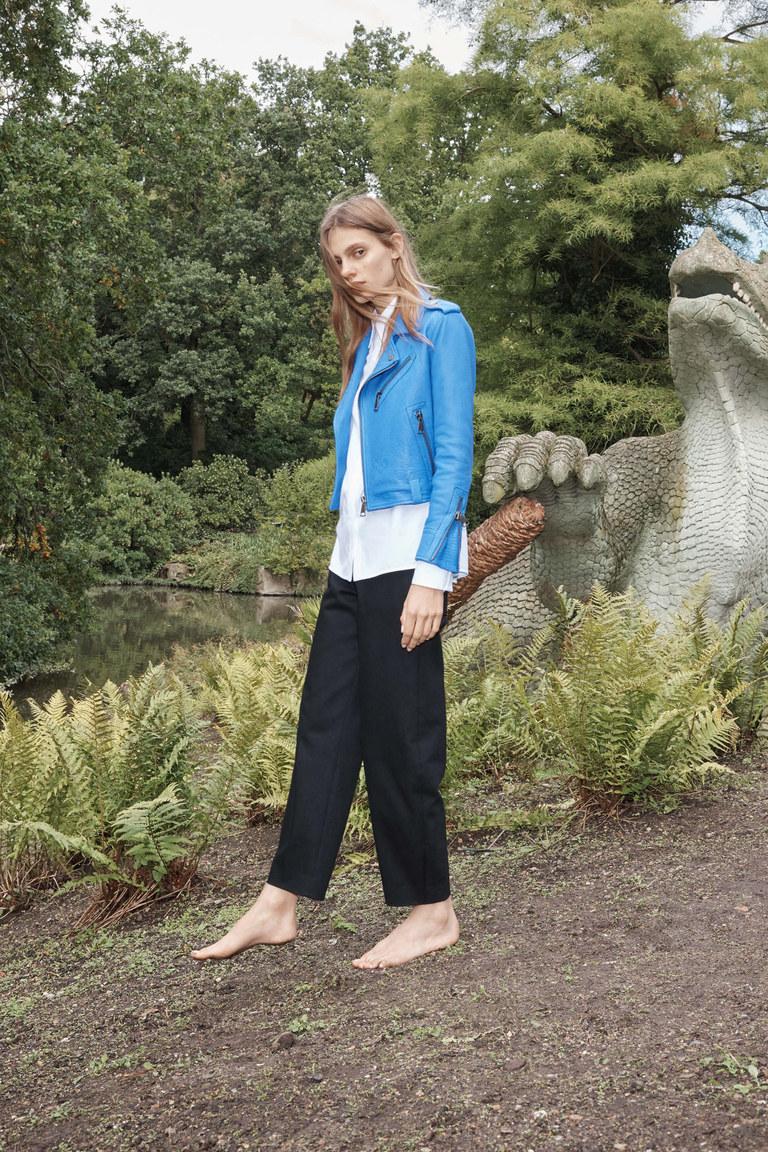 Синяя модная кожаная куртка 2016 – фото Victoria Beckham