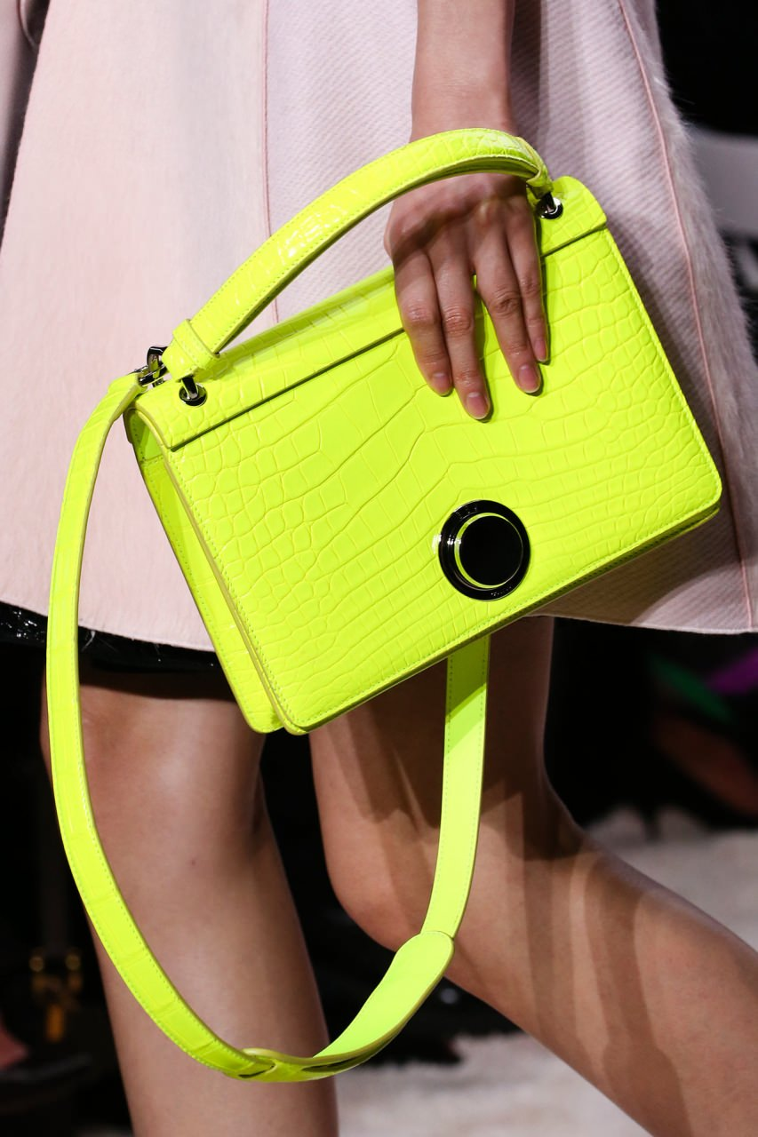 Маленькая сумочка с длинным ремешком через плечо
