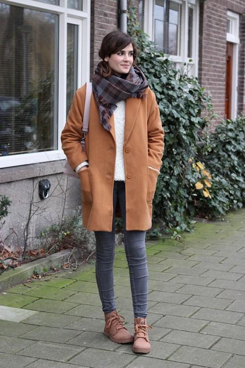 Как красиво носить шарф на пальто - тренды уличной моды