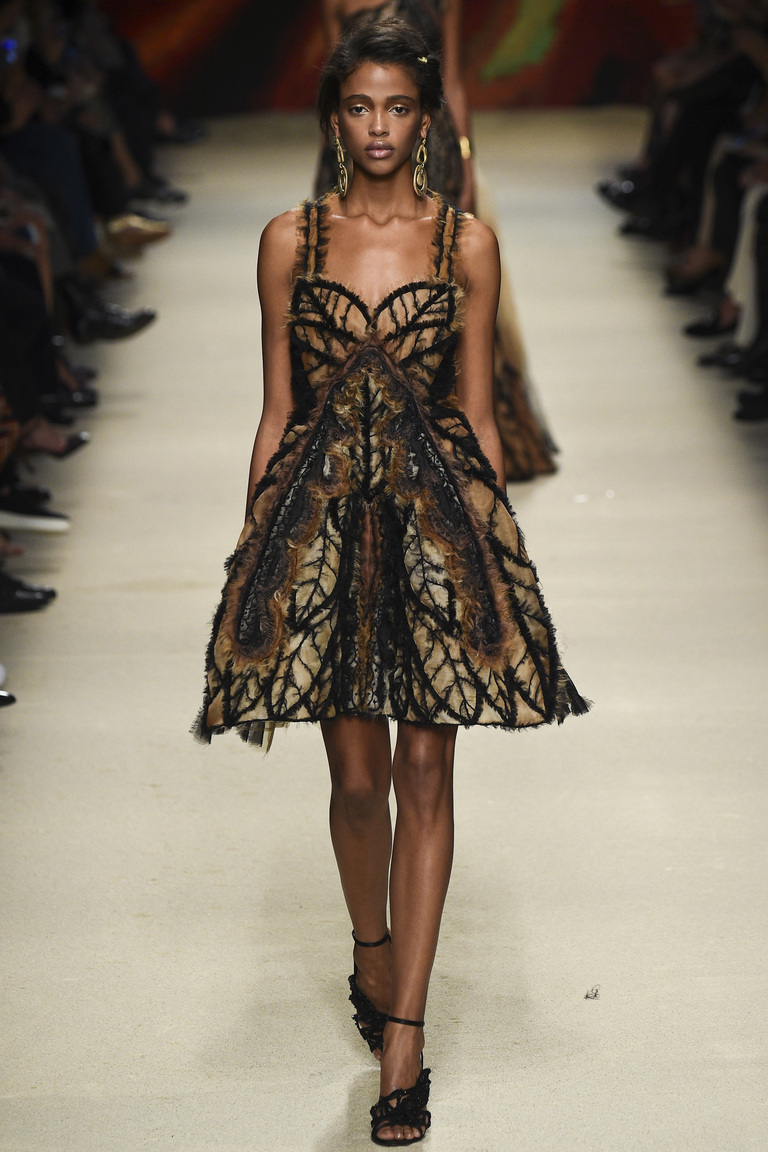 Модное коктейльное платье 2016 года – фото новинки в коллекции Alberta Ferretti