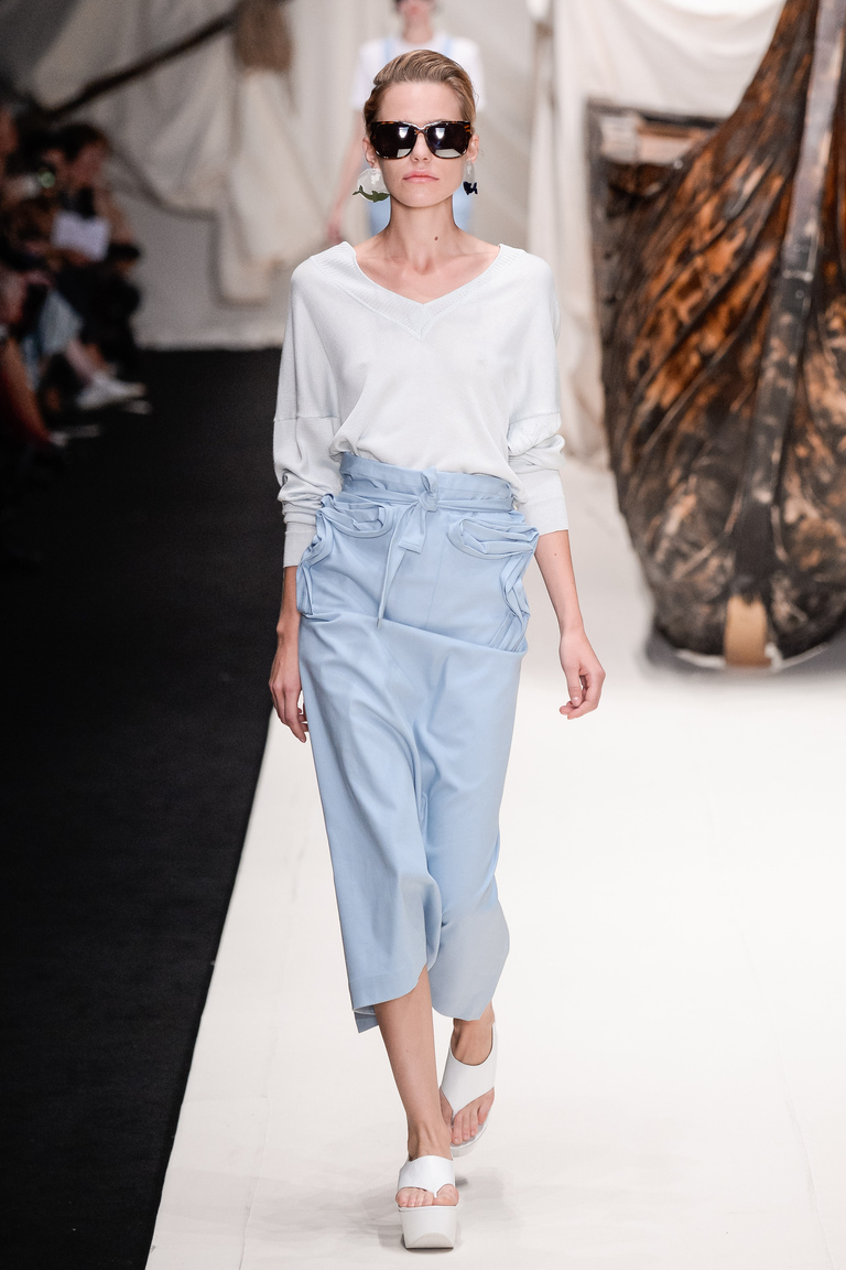 Голубая модная длинная юбка 2016 с белой рубашкой – фото новинка Alena Akhmadullina