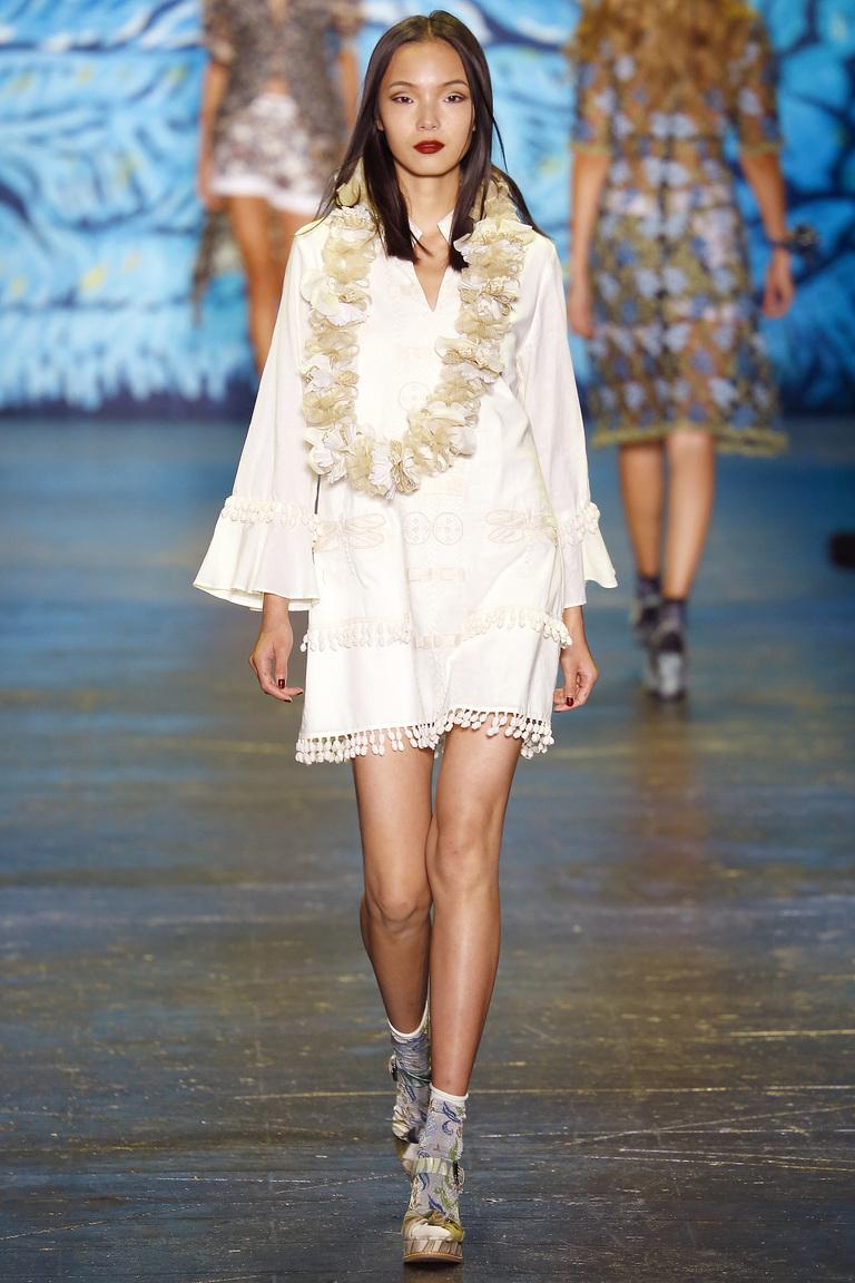 Короткое белое платье 2016 года – фото новинки от Anna Sui