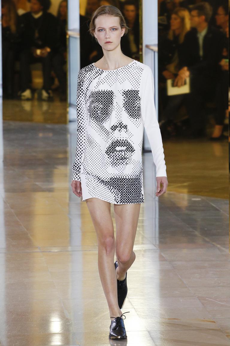 Модное короткое платье 2016 с рисунком в виде лица – фото новинки в коллекции Anthony Vaccarello