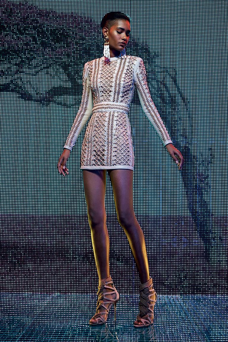 Модное короткое платье 2016 с имитацией кружева – фото новинки от Balmain