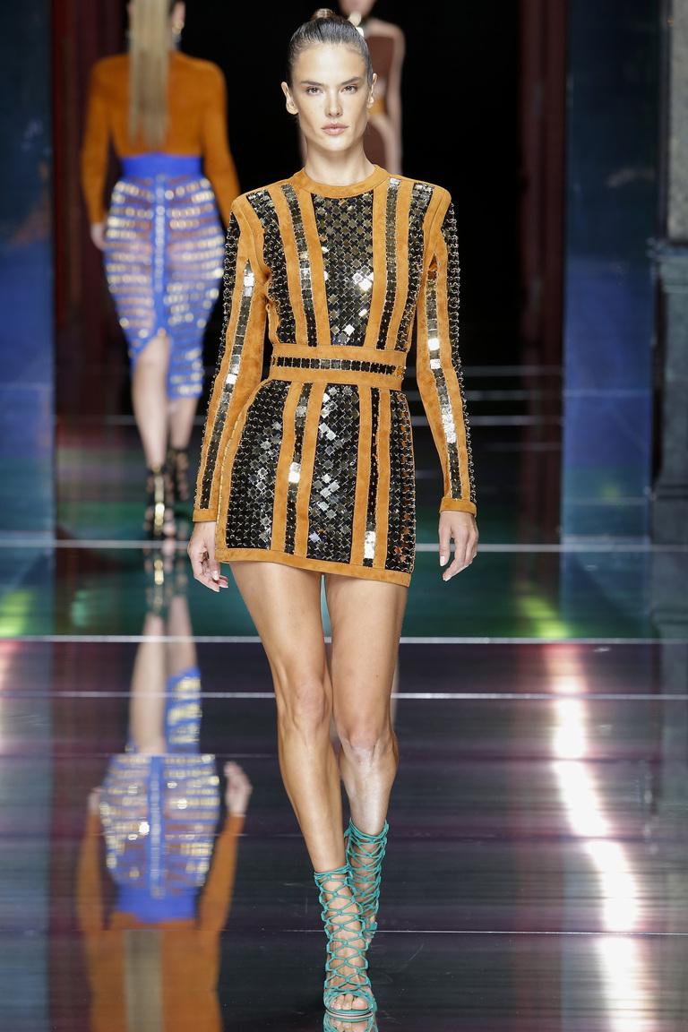 Коктейльное платье, модное в 2016 году, с золотыми вставками – фото новинки в коллекции Balmain