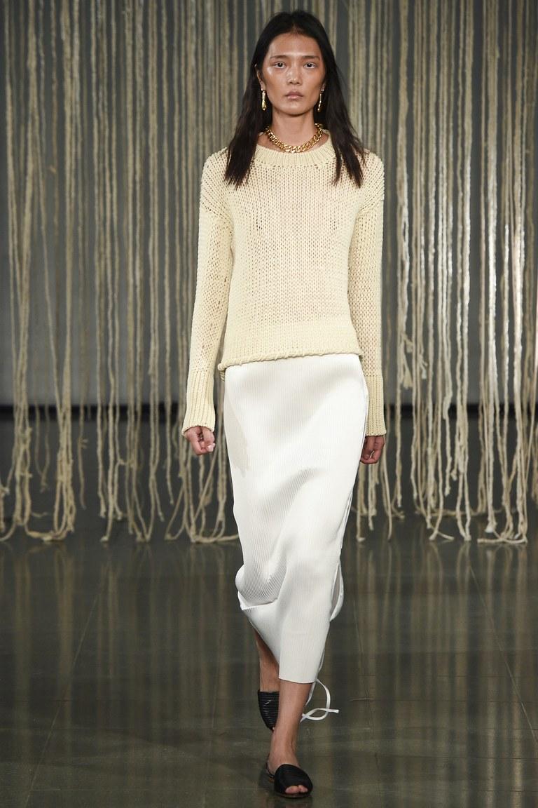 Модный свитер 2016 нежно-кремового цвета с длинной юбкой – фото новинка Barbara Casasola