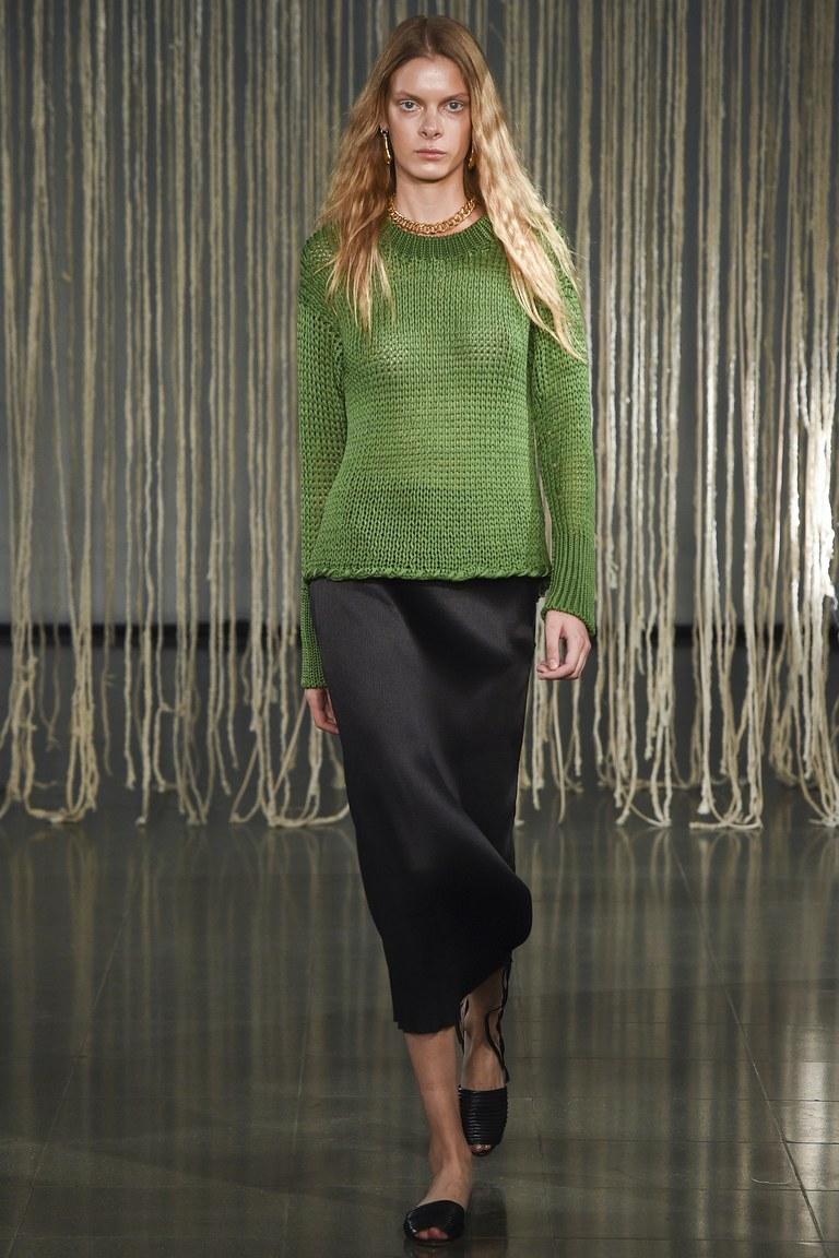 Красивый модный зеленый свитер 2016 с черной длинной юбкой – фото новинка от Barbara Casasola