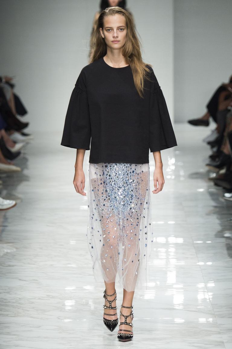 Нежная модная длинная юбка 2016 со стразами и черным свитером – фото новинка от Blumarine