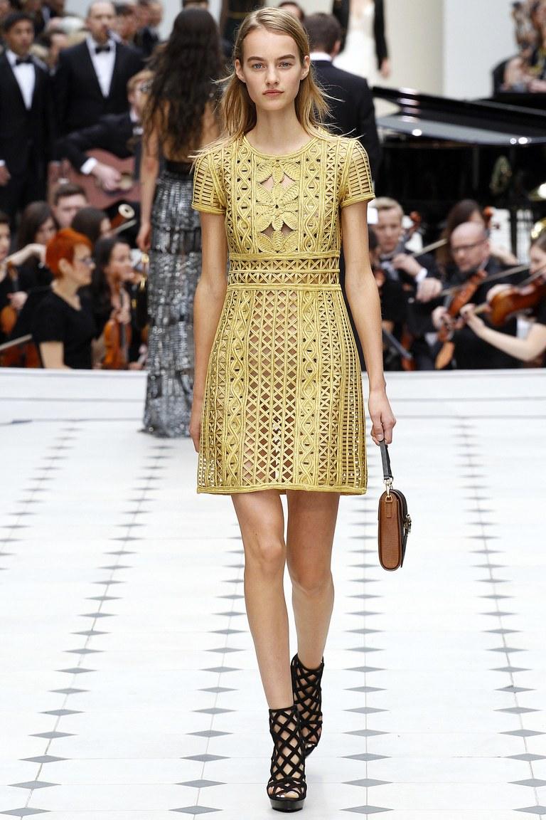 Золотистое модное кружевное платье 2016 года – фото новинка в коллекции Burberry Prorsum
