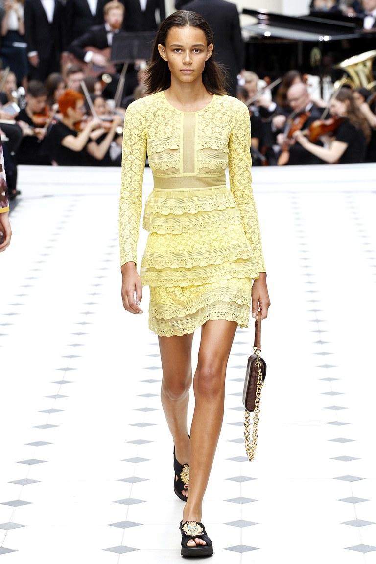 Желтое кружевное платье 2016 года – фото новинка в коллекции Burberry Prorsum