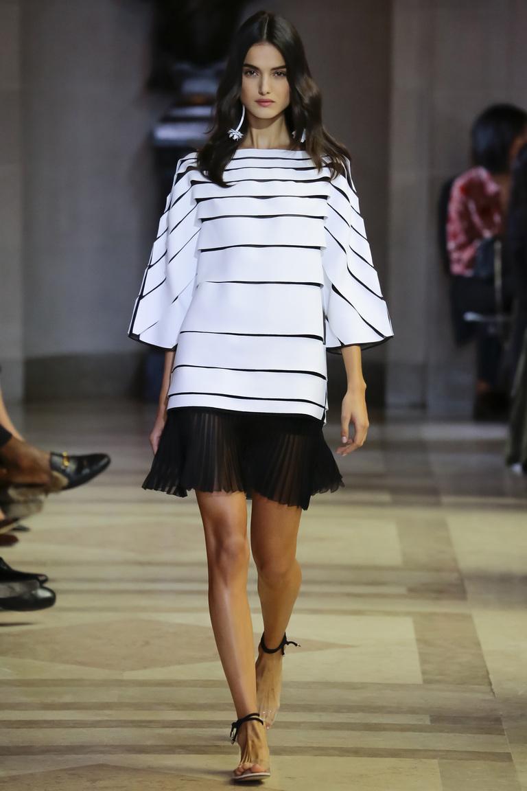Модный длинный свитер 2016 в полоску – фото коллекции Carolina Herrera