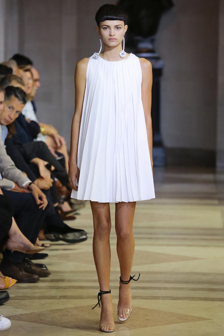 Простой фасон белого платья 2016 – фото новинки от Carolina Herrera