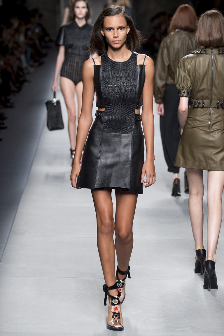 Модный кожаный юбка – сарафан в коллекции Fendi